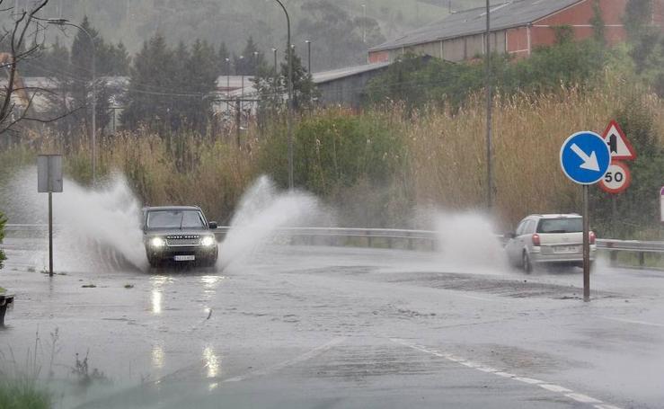 La lluvia y el viento complican el día a los vizcaínos