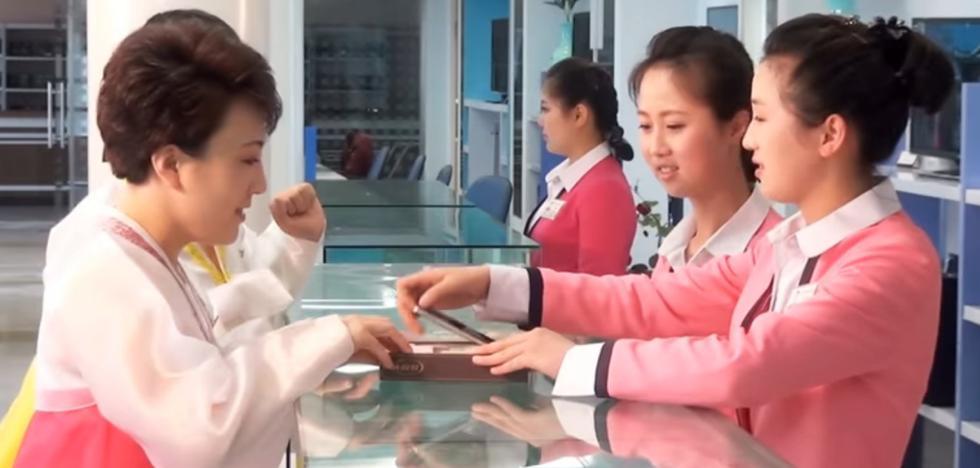 Ir a una tienda física a que te instalen las aplicaciones: así es tener un móvil en Corea del Norte