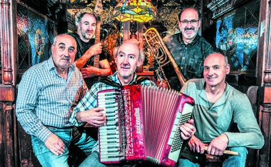 Joselu Anaiak canta a Martín Fiz, Juanito Oiarzabal y al mal tiempo vitoriano