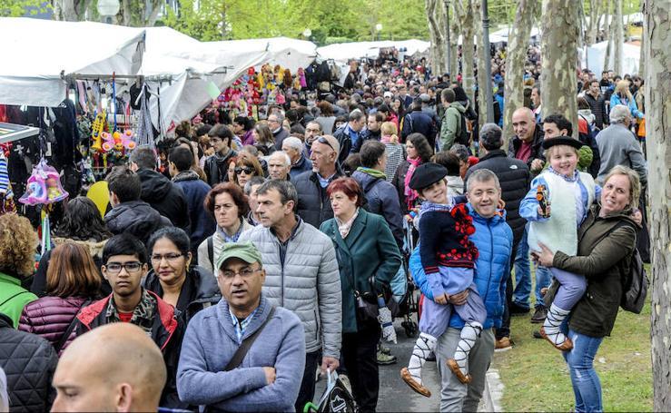 El cielo encapotado y la amenaza de lluvia no ha deslucido la popular romería a las campas de Armentia