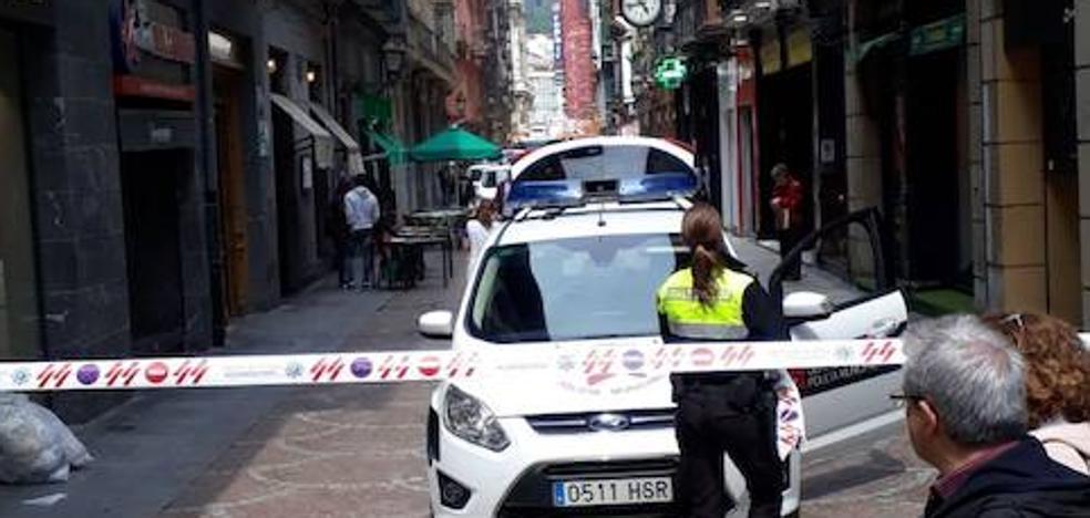 Un incendio en un bar del Casco Viejo de Bilbao obliga a cortar la calle y alarma a los transeúntes