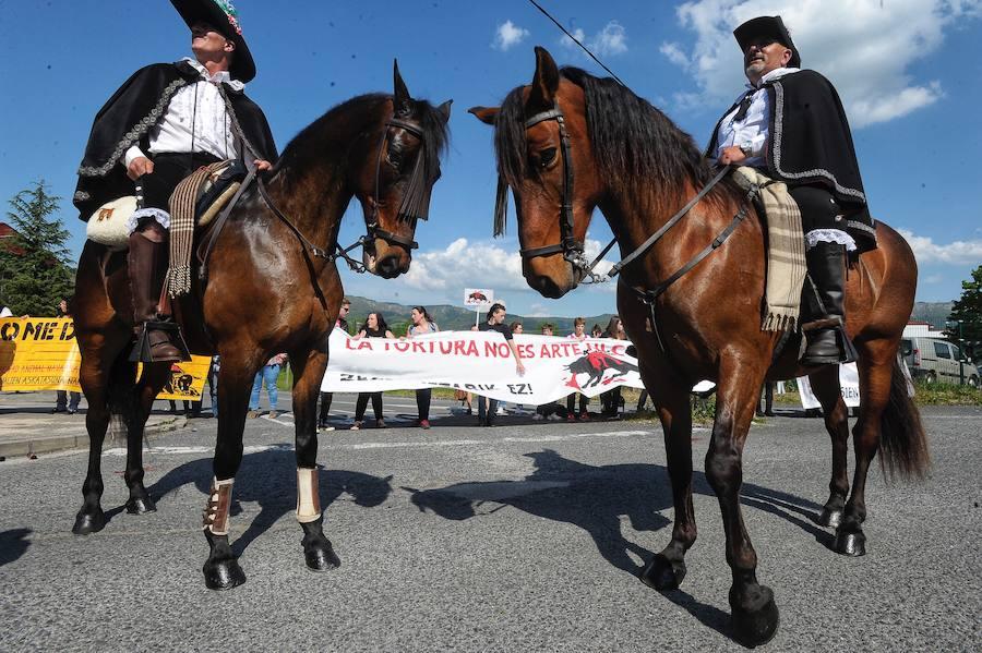 Protestas y tauromaquia en el homenaje a Fandiño en Orduña