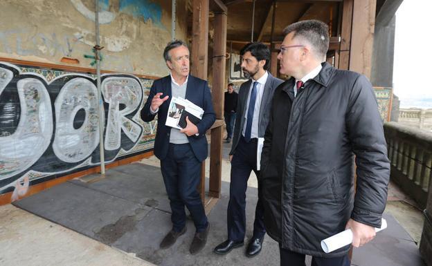 Gonzalo Arroita, de la UPV, Javier Martín Ramiro, del Ministerio, e Imanol Landa, alcalde de Getxo, durante la visita. / PEDRO URRESTI