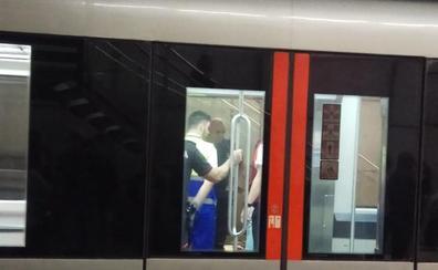 Rescatan a un niño de 7 años tras quedar atrapado en las puertas de un metro en Peñota