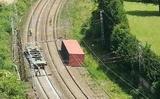 Se abre para ambos sentidos una de las vías afectadas en Arrigorriaga tras descarrilar un tren de mercancías