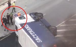 Premian al gruista que salvó la vida al camionero accidentado en San Mamés