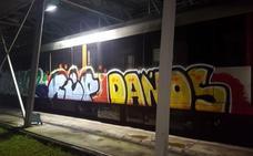 Grafiteros paran el metro de noche en Sestao para atacar un tren aún con viajeros