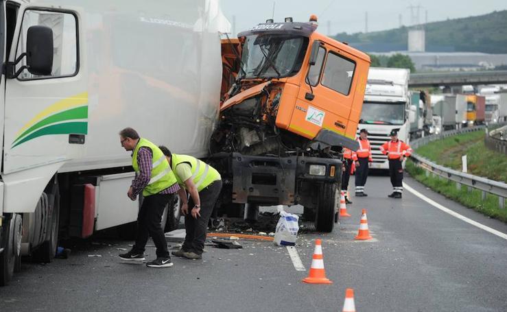 Un accidente en la A-1 en Vitoria se salda con un herido y retenciones kilométricas