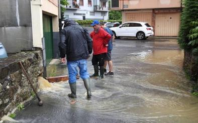 Tromba de agua sobre Bizkaia: se ceba con el valle de Atxondo y obliga a cortar la N-636