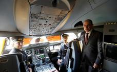 El director de Qatar Airways dice que solo un hombre puede hacer su trabajo porque «es un puesto muy desafiante»