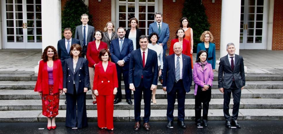 El nuevo Gobierno echa a andar con un mensaje de firmeza y diálogo a Cataluña