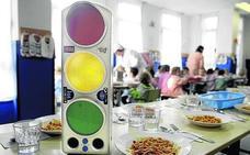 Educación extenderá la instalación de «semáforos de ruido» en los comedores escolares vascos