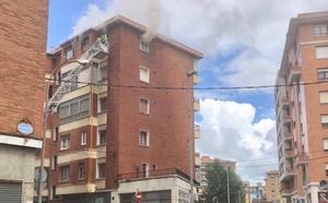 Rescatado por los bomberos tras desatarse un incendio en su piso de Barakaldo