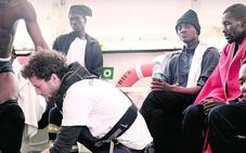 La flotilla con los 629 inmigrantes se enfrenta a olas de cuatro metros