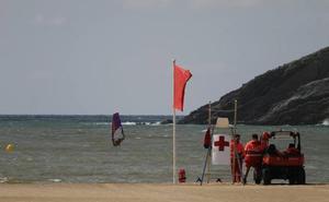 Cincuenta escolares de excursión practican surf en Plentzia en plena alerta por contaminación fecal