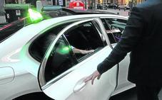 Los taxistas de Bilbao deberán esperar a que las clientas entren en el portal