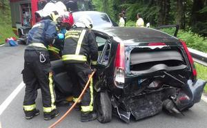 Dos heridos en un accidente entre dos turismos en Altube
