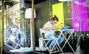 El artista encerrado en un escaparate