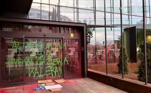 Atacan con pintura roja una oficina del Servicio de Empleo y la sede de la Tesorería en Vitoria