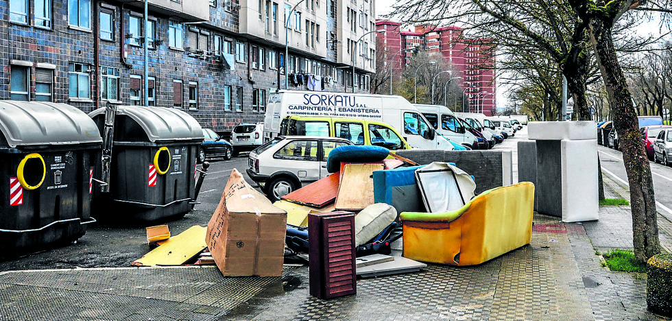Nueve quejas diarias por falta de limpieza y basura acumulada en Vitoria