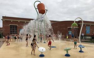 Abanto inaugura un parque acuático con juegos en el solar de las piscinas de Gallarta