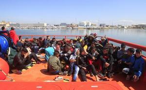 Recuperan cuatro cadáveres y rescatan a 435 personas de 53 pateras en el Estrecho