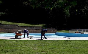 Abiertas las piscinas de Orduña y Basauri, donde estrenan una silla para discapacitados