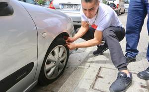 Pinchan las ruedas a una veintena de coches en Sestao