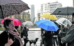 La lluvia arruina el arranque del verano a los comercios y negocios hosteleros