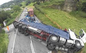 Un accidente entre tres camiones y un coche obliga a cortar la N-240 en Barazar