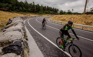 Reabren la carretera de Larrabetzu que quedó engullida por un desprendimiento hace cuatro meses