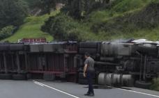 Un accidente entre tres camiones y un coche obliga a cortar la N-240 en Zeanuri