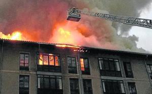 50 familias desalojadas al incendiarse un edificio abandonado en Ondarroa