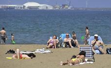 Primer día de playa para recibir el verano que llega mañana