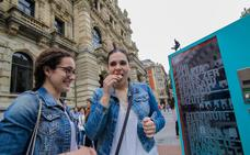 El Guggenheim reparte galletas chinas de la fortuna en el centro de Bilbao