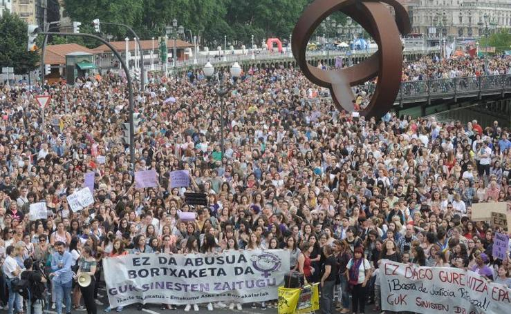 Miles de personas protestan en Bilbao por la puesta en libertad de 'La Manada'