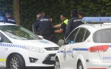 Grafitean una furgoneta policial en Vitoria cuando los agentes median en una pelea