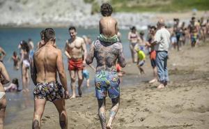 El buen tiempo abarrota las playas de Bizkaia