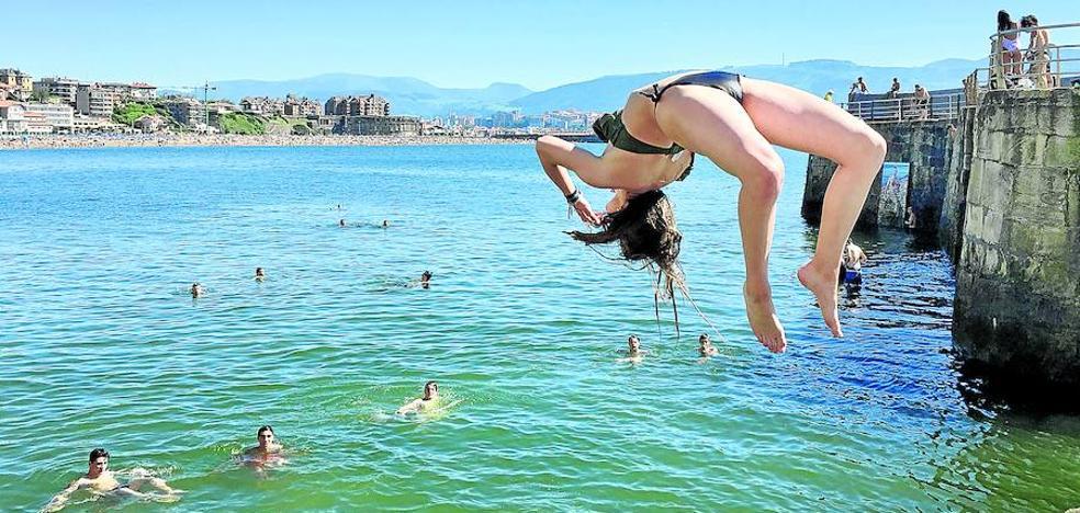 Más de 130.000 vizcaínos abarrotan las playas en el primer fin de semana de sol