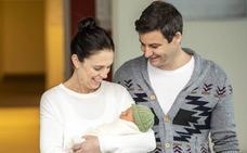 Ardern presenta a su bebé
