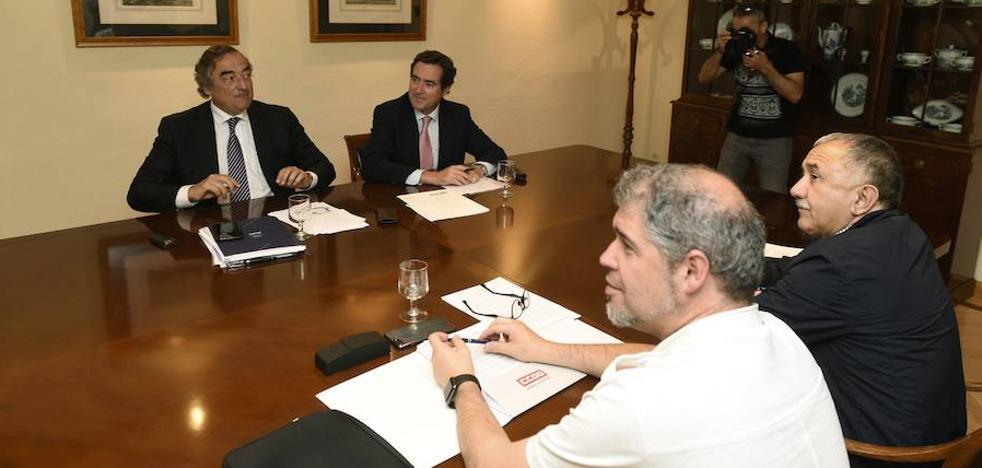 El acuerdo entre patronal y sindicatos para subir los sueldos es de complicada traslación a Euskadi