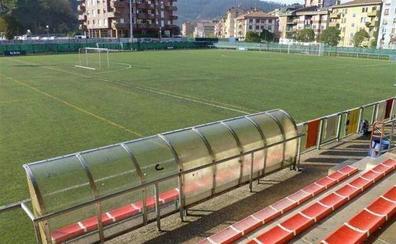 Arrigorriaga y Ugao renuevan de forma conjunta el césped de los campos de fútbol
