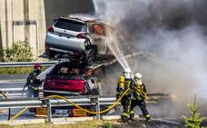 Seis turismos calcinados en un incendio de un camión portacoches en Miñano