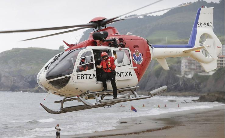 Simulacro de rescate en la playa de Bakio