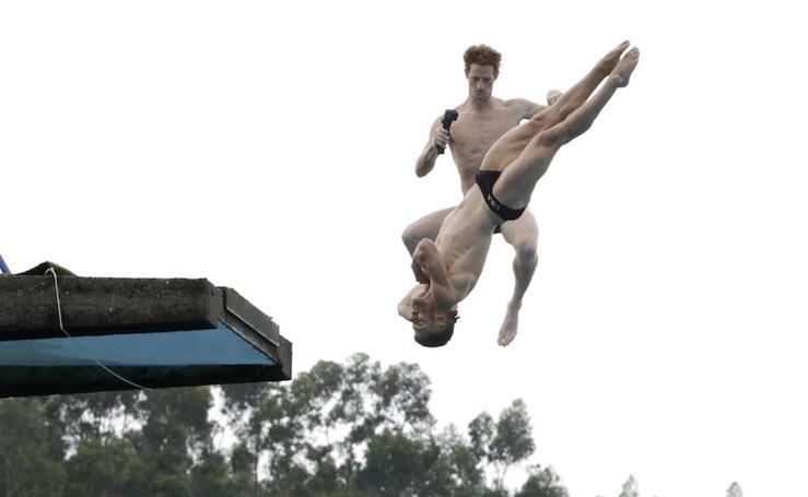Los clavadistas de Red Bull, en las piscinas de Martiartu