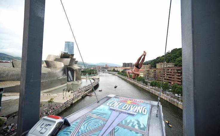 Los clavadistas de Red Bull, en el puente de La Salve