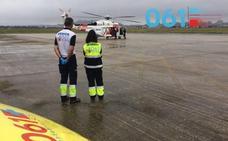 Rescatado en Noja un marinero de 24 años con la mano izquierda amputada