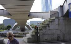 Las pasarelas Zubizuri y Pedro Arrupe languidecen en el Bilbao más turístico