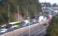 Finalizadas las retenciones en la A-8 en Bilbao tras la colisión entre dos vehículos