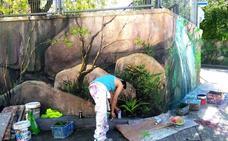Seis jóvenes llenan Abanto con murales artísticos gracias a un taller formativo